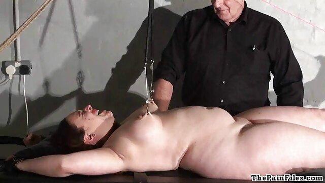 Ama rusa meando en la boca cojiendo con mama peluda de su esclavo