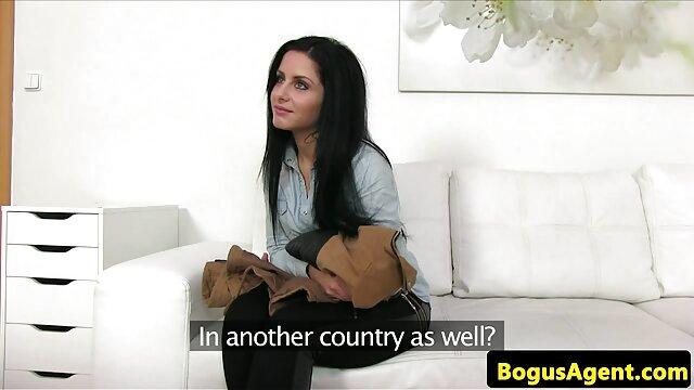 El culo bombeado golpea a una frágil chica en su polla cojiendo con su madre