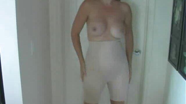 Chica insaciable folla caliente con dos cojiendo ala mama pollas