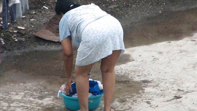 Striptease junto al estanque de madre hija cogiendo una rubia de ojos azules