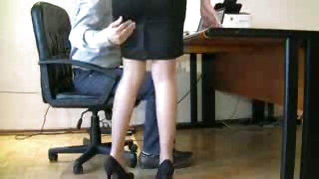 Un hombre llama a una colega a la video mama cojiendo con su hijo oficina y la fríe en un culo
