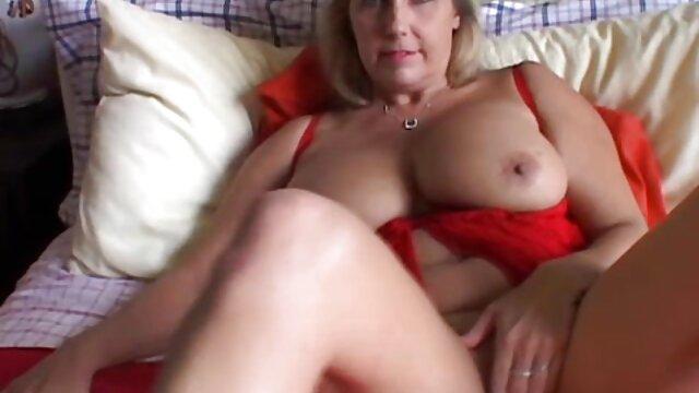 Rubia rusa se entrega a un joven cojiendo ala mama tutor