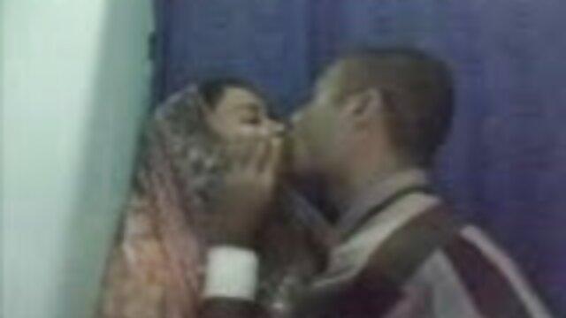 Sexo caliente en el hijo se folla a su madre borracha vestuario con orgasmo en la boca