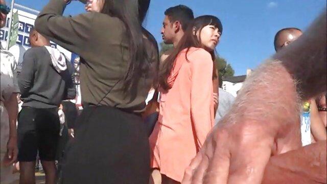 Mujer bonita domina mamas japonesas cojiendo dos pollas