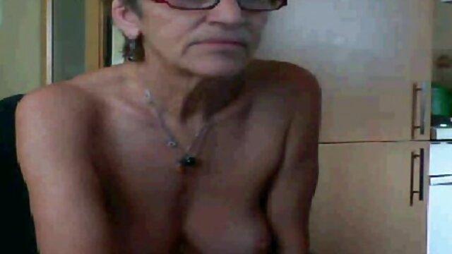 El tipo le mostró un pene enorme al hijo cojiendo a su mama flaco y se lo metió en el pecho