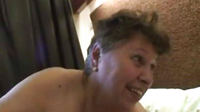 Perrito en el baño mama e hijo cojiendo