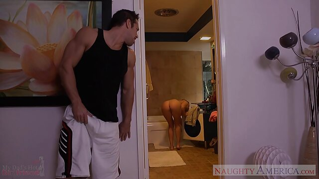 Hombre negro con gafas se folla a dos chicas blancas anal cogiendose asu mama