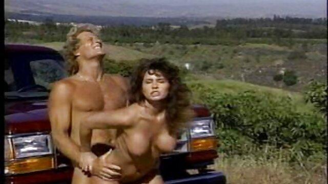 Sexo en el bosque al se folla a su mama dormida mismo tiempo en el culo y la vagina