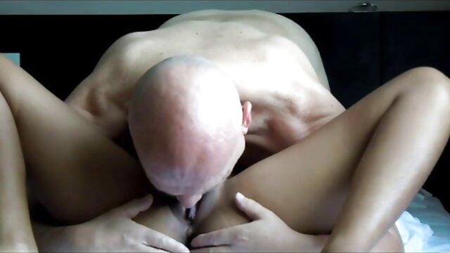 Madre se coge a la mama madura irrumpió en la ducha de un joven semental