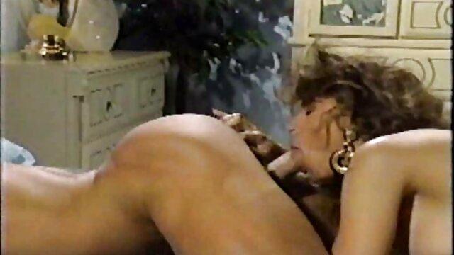 Chica asiática trabajó su culo cogiendo con mi madre y le dio anal
