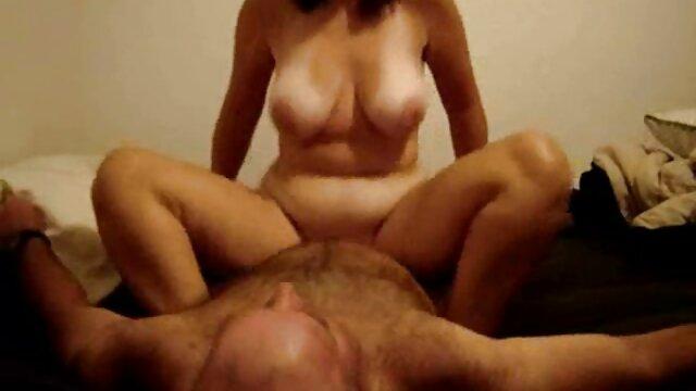 Lluvia dorada en medio de sexo lésbico cojiendo con la mama de mi mejor amigo en el baño