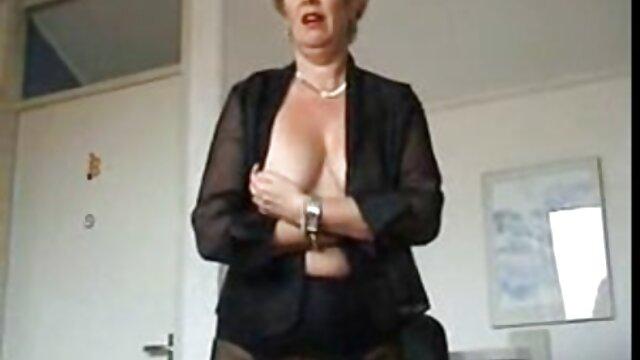 Cinco lesbianas desnudas se satisfacen hijos cojiendo con madres en el hotel