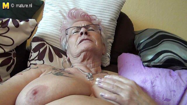 Pareja satisfaciendo madre cojiendo con el amigo de su hijo oral 69 en webcam