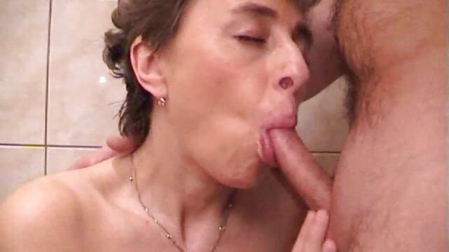 Un hombre bigotudo se folla a cojiendo con su madre una mulata sexy