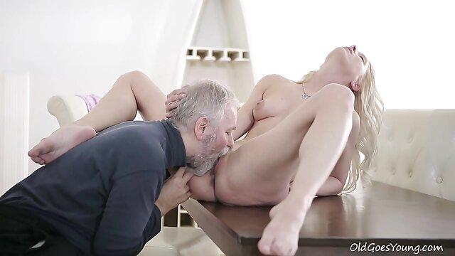 Chupa hábilmente el follando a mama dormida pene excitado de un joven